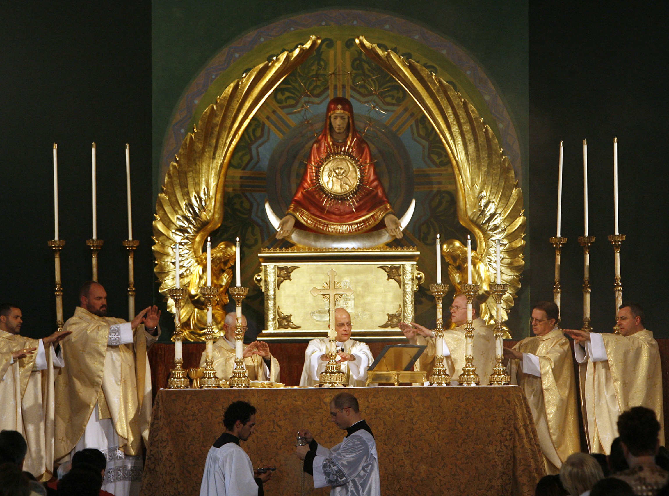 Cardinal Francis E. George of Chicago celebrates the Mass with area priests during the blessing of the iconic monstrance of Our Lady of the Sign, Ark of Mercy at St. Stanislaus Kostka Church in Chicago May 31. The nine-foot high, hand carved and decorated, monstrance is believed to be the largest in the world. It will be the focal point of the future Sanctuary of Divine Mercy in the Archdiocese of Chicago. (CNS/Karen Callaway, Catholic New World) (June 10, 2008) See MONSTRANCE June 10, 2008.